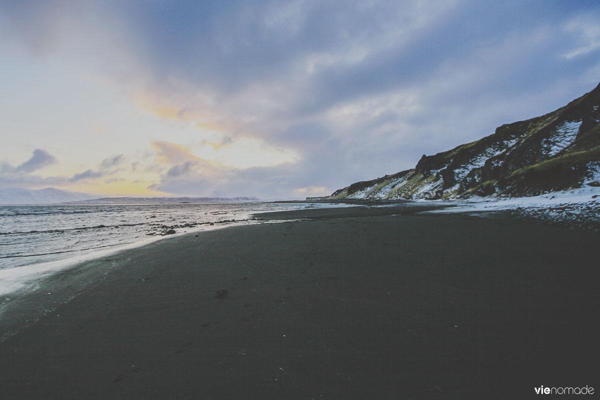 Plage de sable noir au nord de l'Islande à Osàr