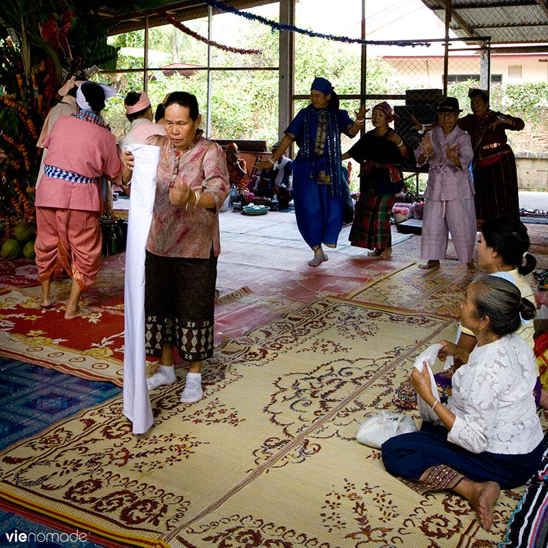 Fête traditionnelle, danse et offrandes au Laos