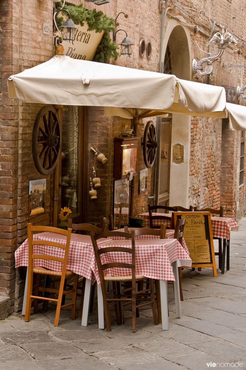 Terrasse de restaurant dans la rue à Sienne