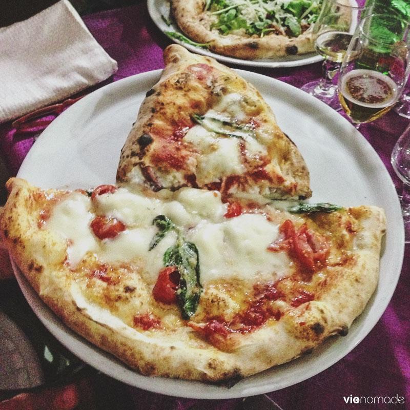 Manger une pizza napolitaine