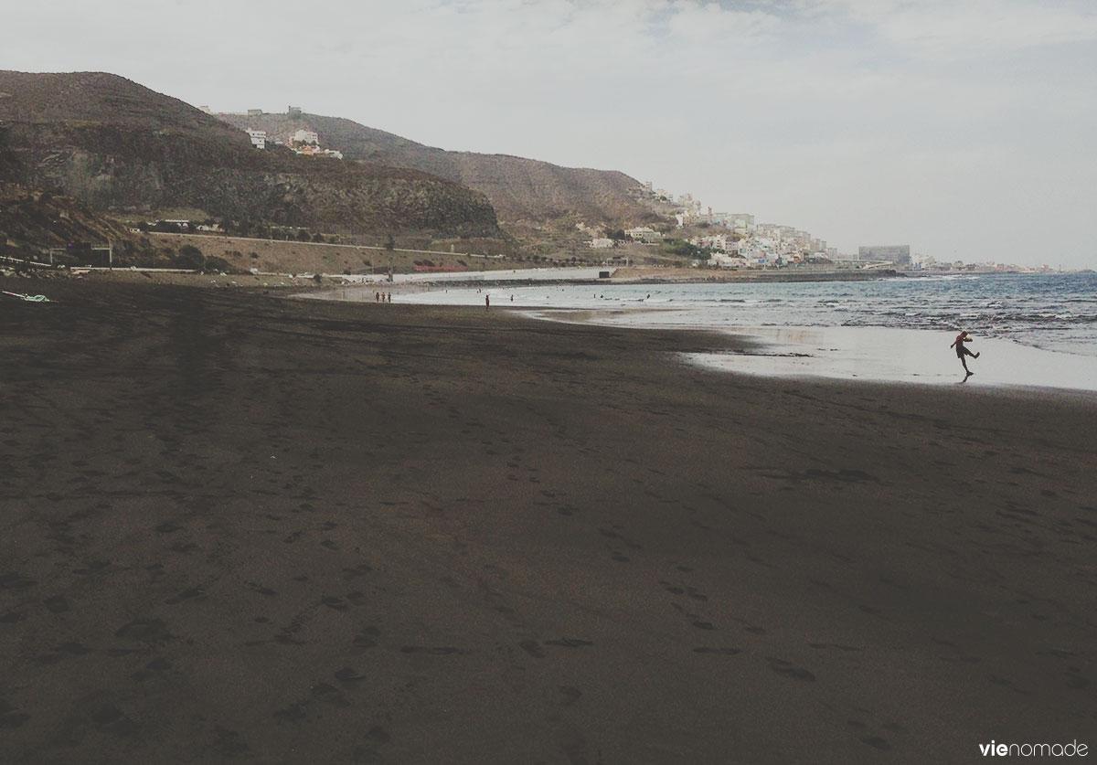Plage de sable noir près de Las Palmas