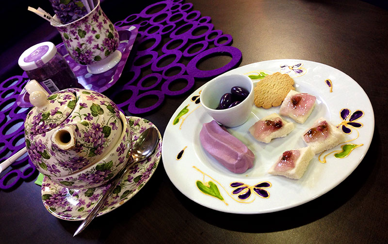Thé et douceurs à la violette