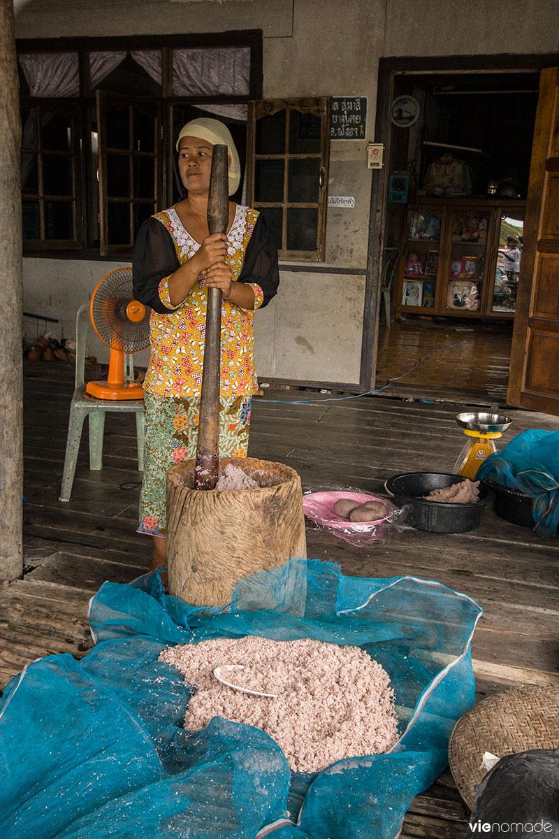 Fabrication de pâte de crevettes à Bang Pat