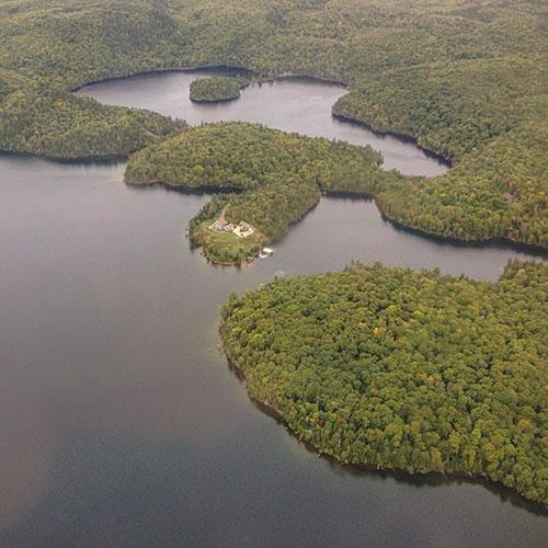 Hôtel et lac Sacacomie
