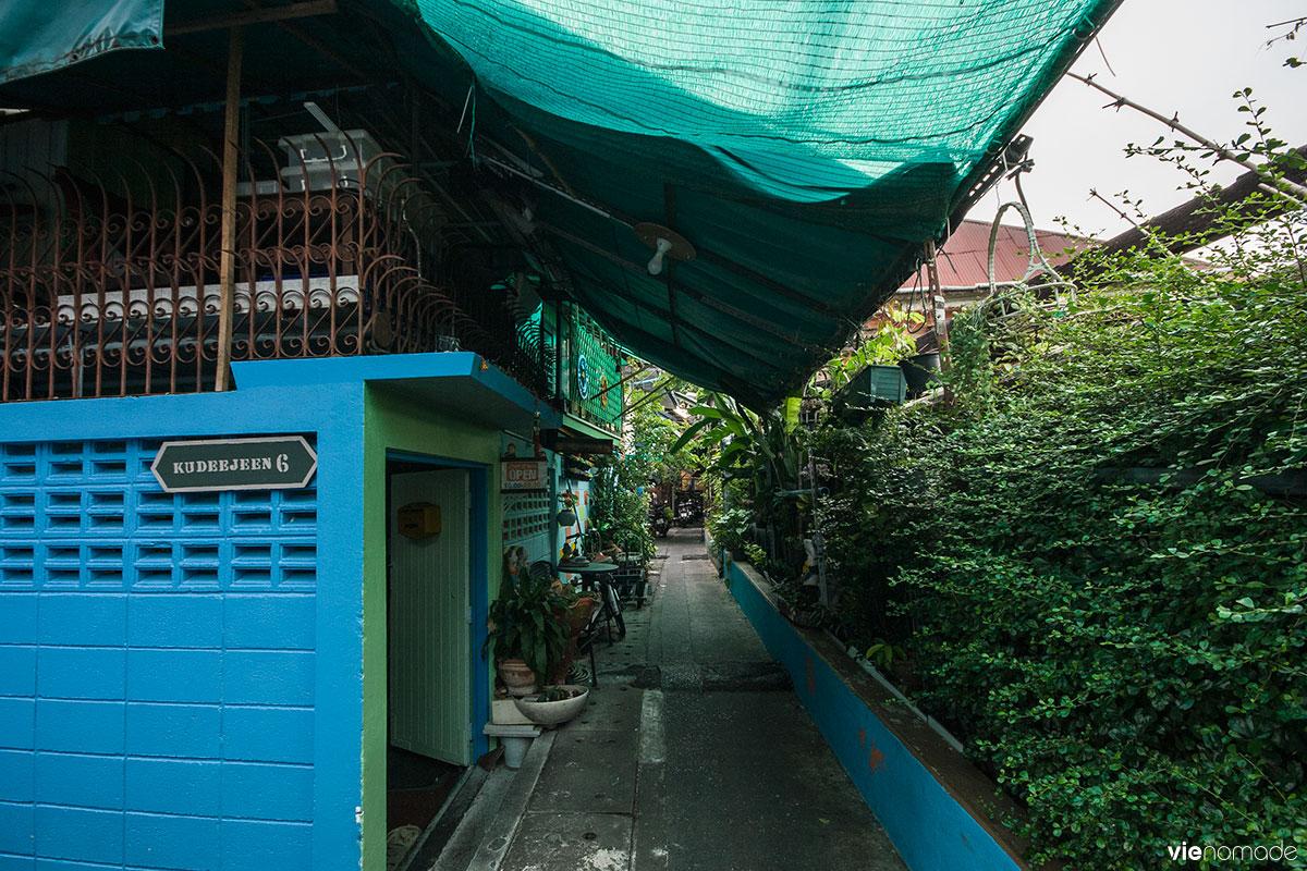 Les bleus et verts du quartier de Kudeejeen à bangkok