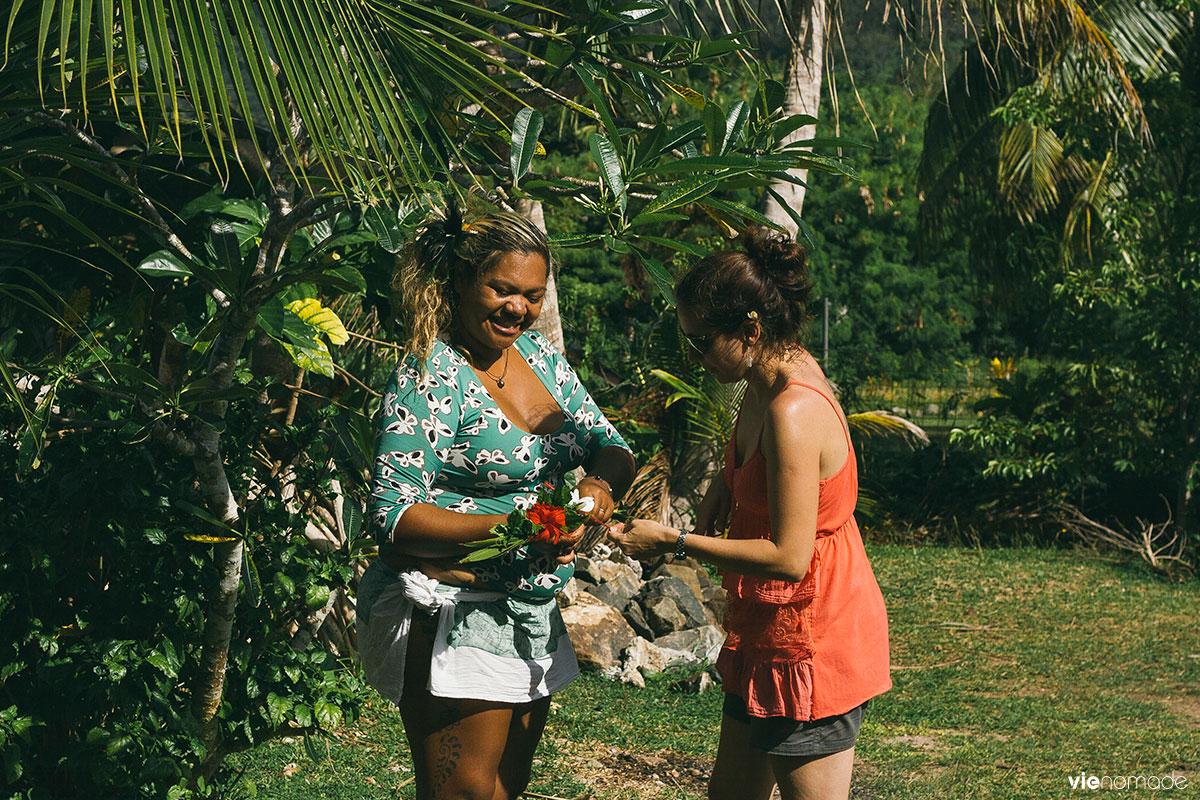 Fabrication d'une couronne de fleurs en Polynésie Française