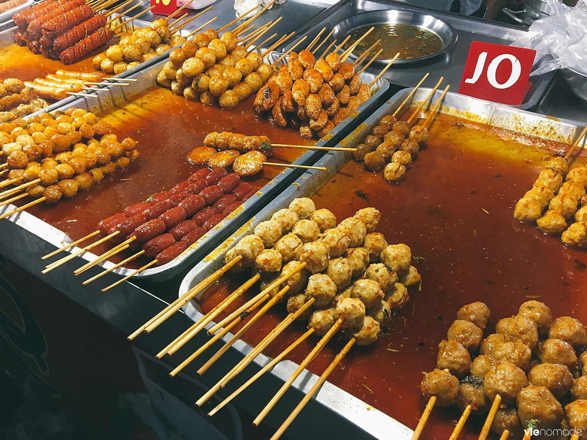 Boulettes de viande et saucisses épicés au marché
