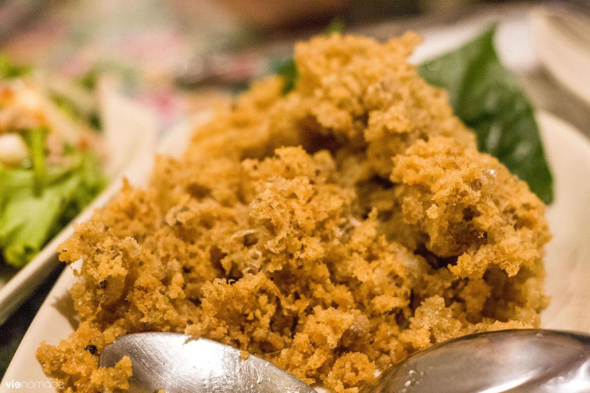Yam pla duk foo, un poisson frit légèrement mousseux