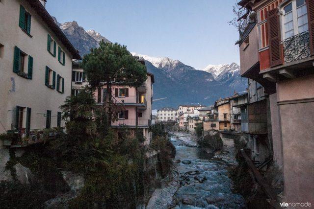 Ville de Chiavenna dans la Valtellina, tout près de la frontière suisse, dans les Alpes