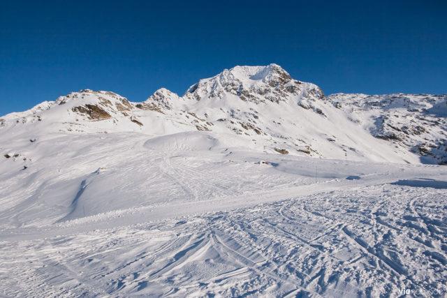 Moto-neige dans les alpes en Lombardie, Italie