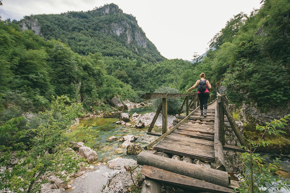 Pont en bois sur le canyon Mrtvica