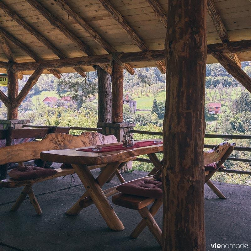 Manger à la frontière de la Bosnie et du Monténégro