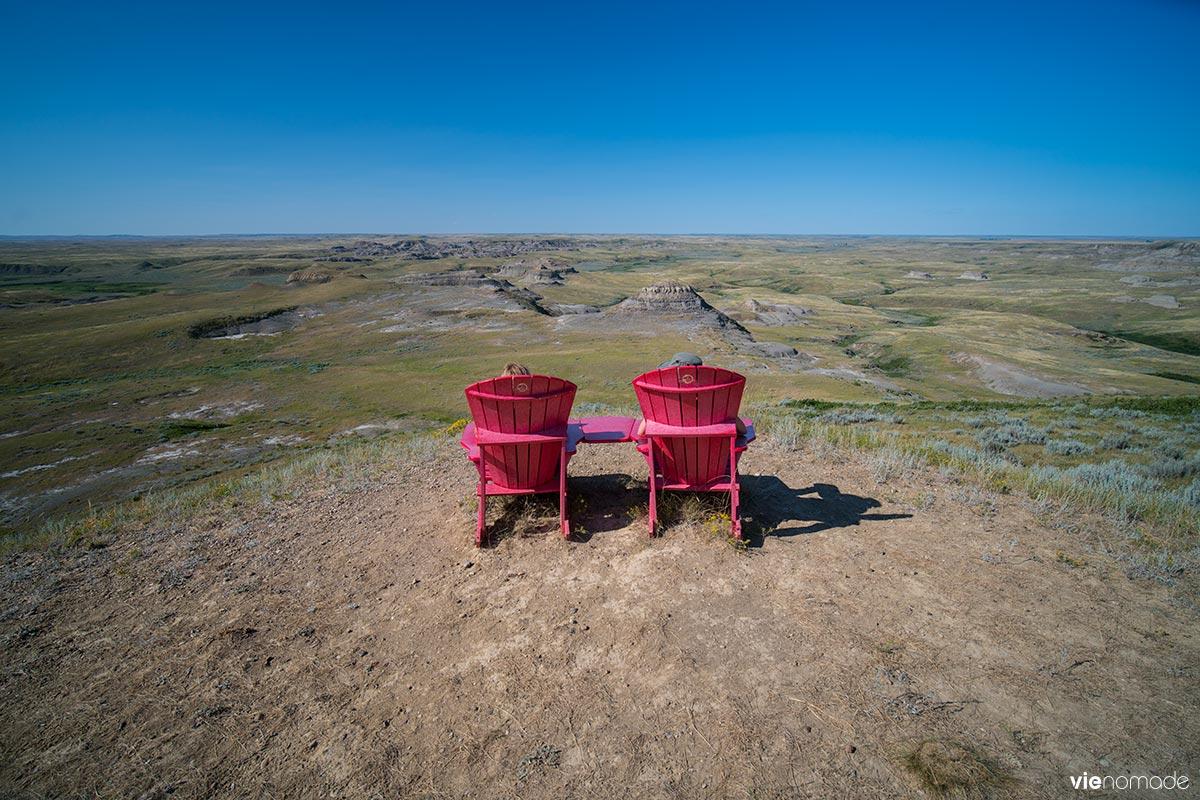 Chaises rouges dans le parc national des prairies