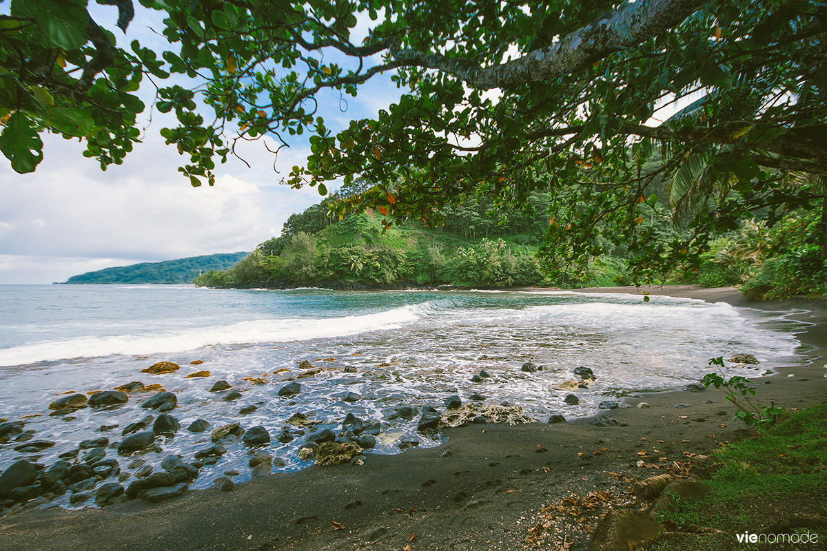 Plage de sable noir à Tahiti